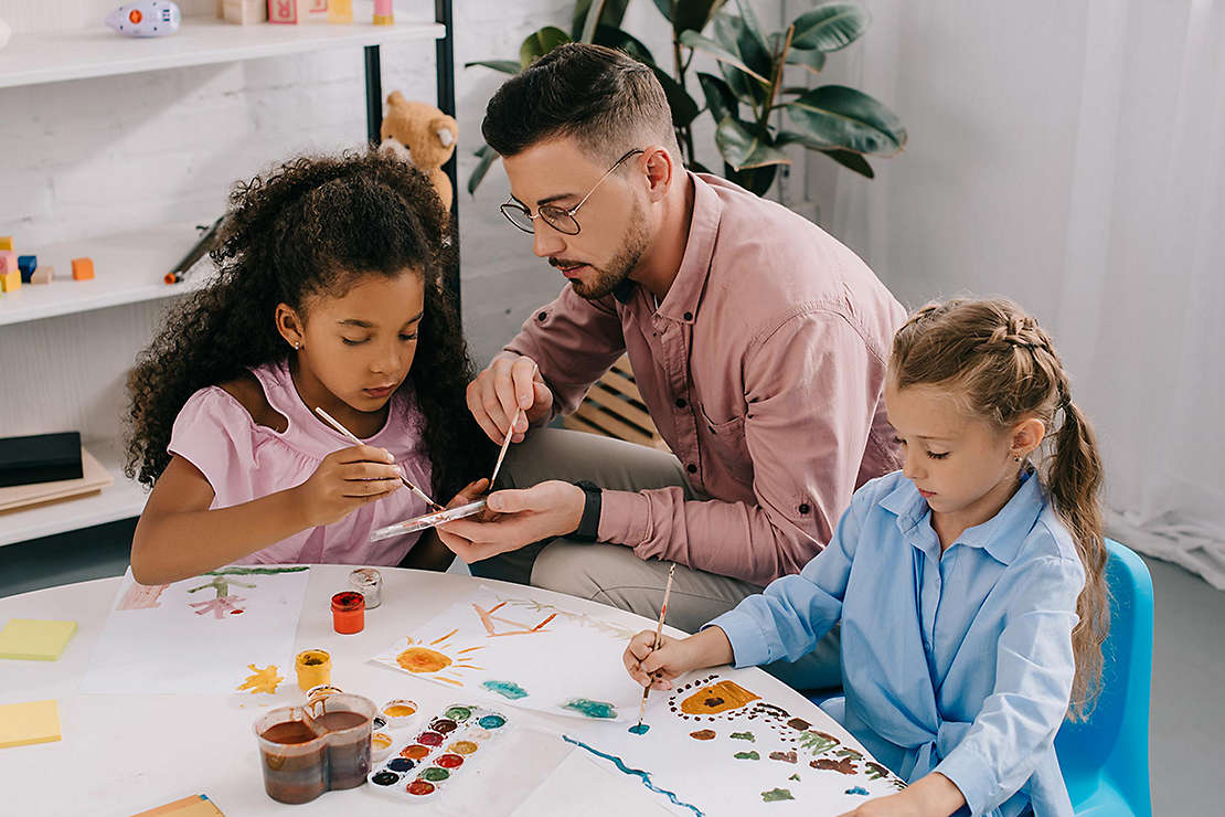 Agent painting with two young girls