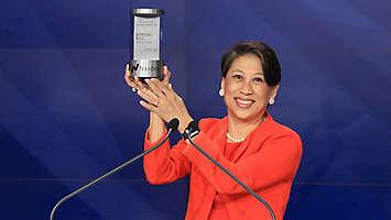 Yie-Hsin Hung rings Nasdaq bell